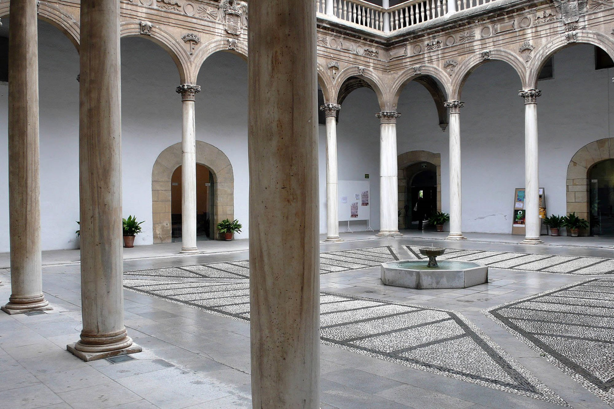Patio mármoles hospital real